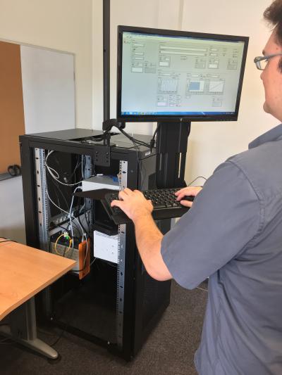 Banc de test instrumenté pour valider des logiciels embarqués dans des équipements pour l'aéronautique.